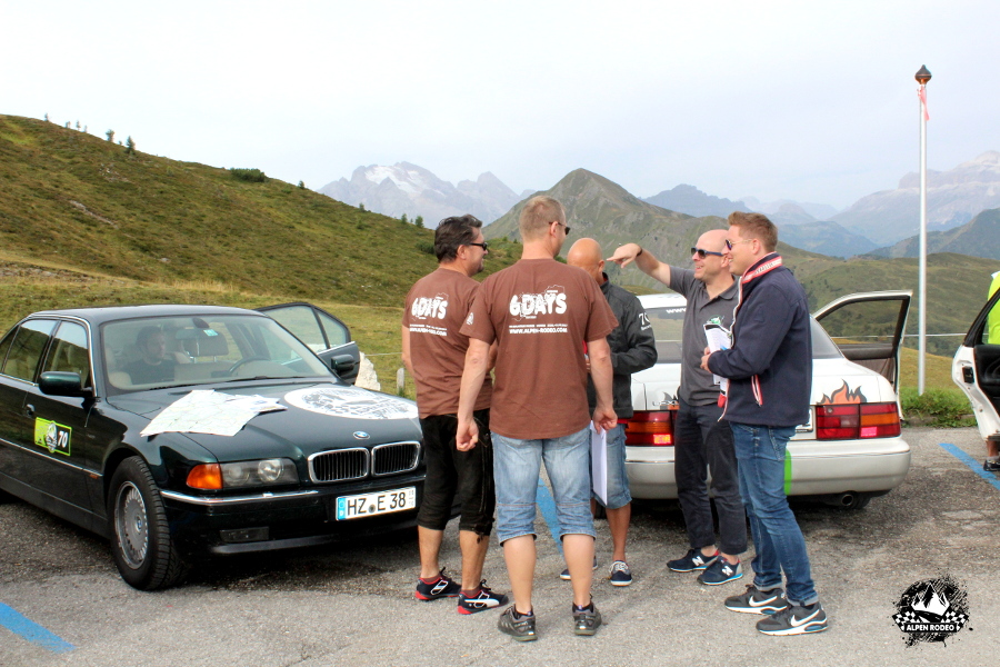 8-alpen-rodeo-youngtimer-oldtimer-adventure-roadtrip-2017-passodigiau-bmw-750il-e38.JPG