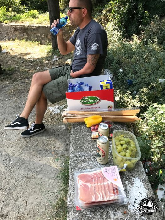 25-alpen-rodeo-youngtimer-oldtimer-adventure-roadtrip-2017-lagodigarda-gardesana-picknick.jpg